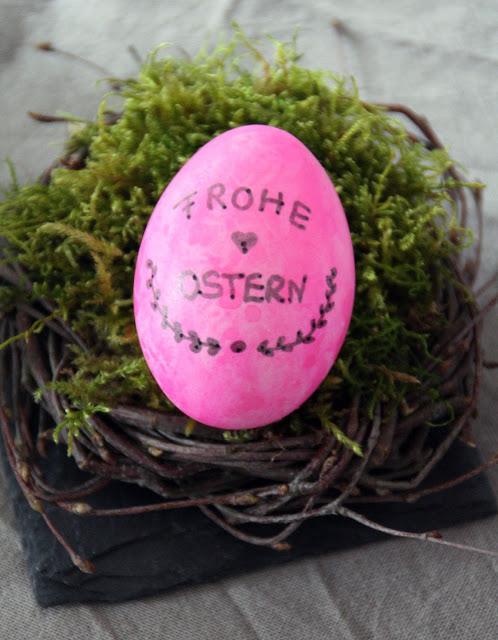 Osternest mit beschrifteten Eiern