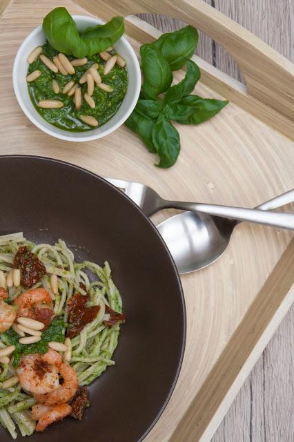 Vollkorn-Spaghetti mit Basilikum-Pesto und Chili-Garnelen - Ausschnitt