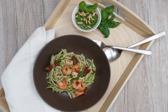 Vollkorn-Spaghetti mit Basilikum-Pesto und Chili-Garnelen