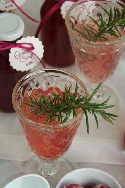 Erdbeer-Sirup mit Sprudelwasser und Rosmarin