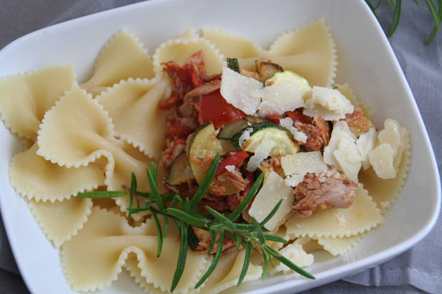 Pasta mit Zucchini-Tomaten-Thunfisch-Sugo