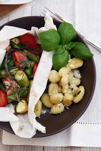 Spargel im Aromapäckchen mit Gnocchis