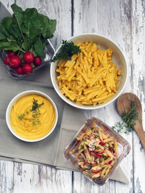 Penne mit Kürbis-Cashew-Soße und Apfel-Radieschen-Salat