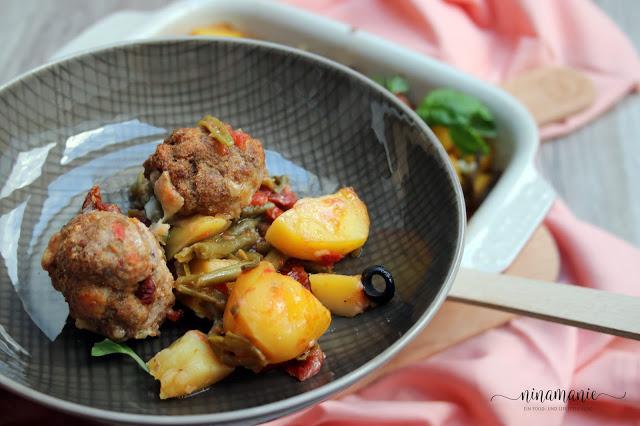 Mediterraner Kartoffel-Bohnen-Hackbällchen-Auflauf Teller