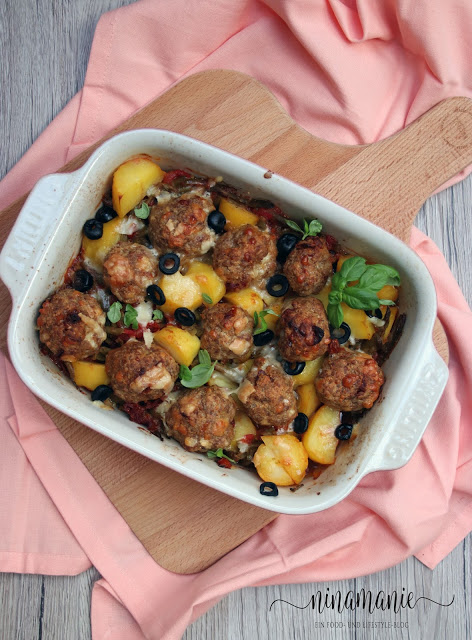 Mediterraner Kartoffel-Bohnen-Hackbällchen-Auflauf von oben
