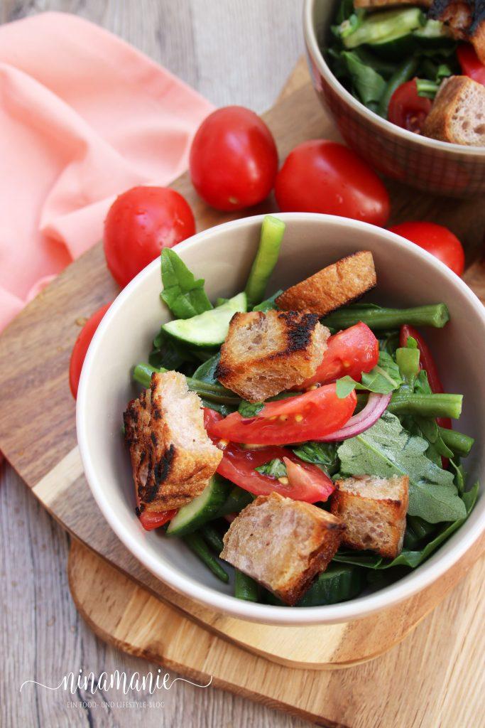 Tomaten-Bohnen-Brotsalat Schälchen von oben