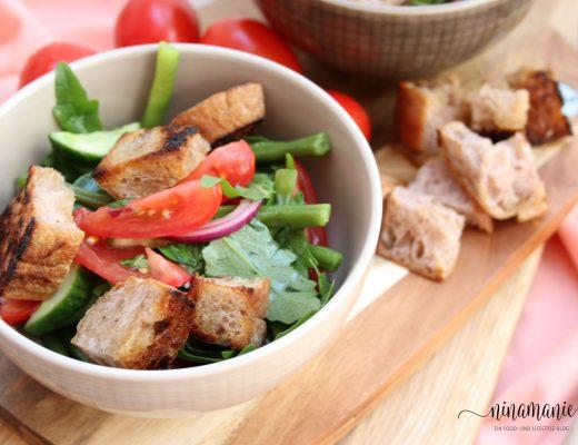 Tomaten-Bohnen-Brotsalat im Schälchen
