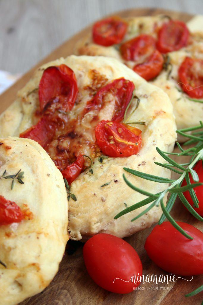 Mini-Focaccia mit Tomaten