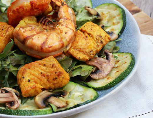 Salat mit Zucchini, Lachs und Garnelen