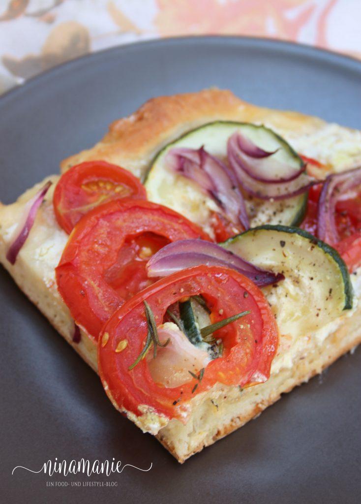 Herzhafter Tomaten-Zucchini-Kuchen mit Ziegenfrischkäse