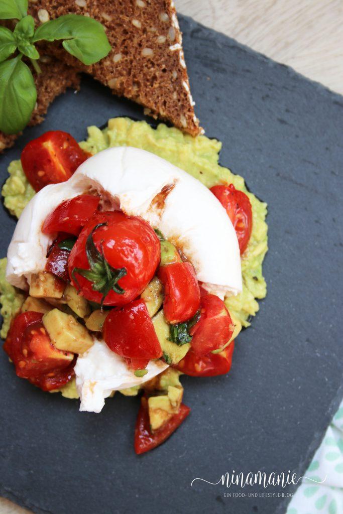 Burrata mit Avocado-Tomaten-Salat