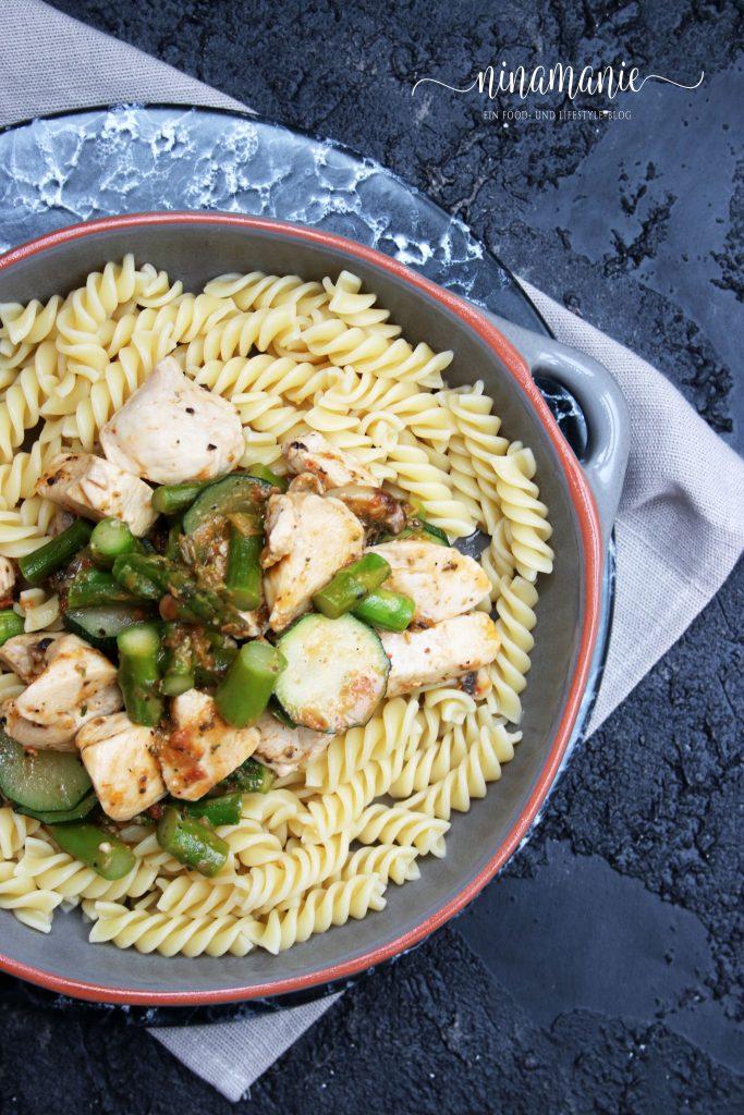 Flatlay Pasta mit Huhn und Spargel