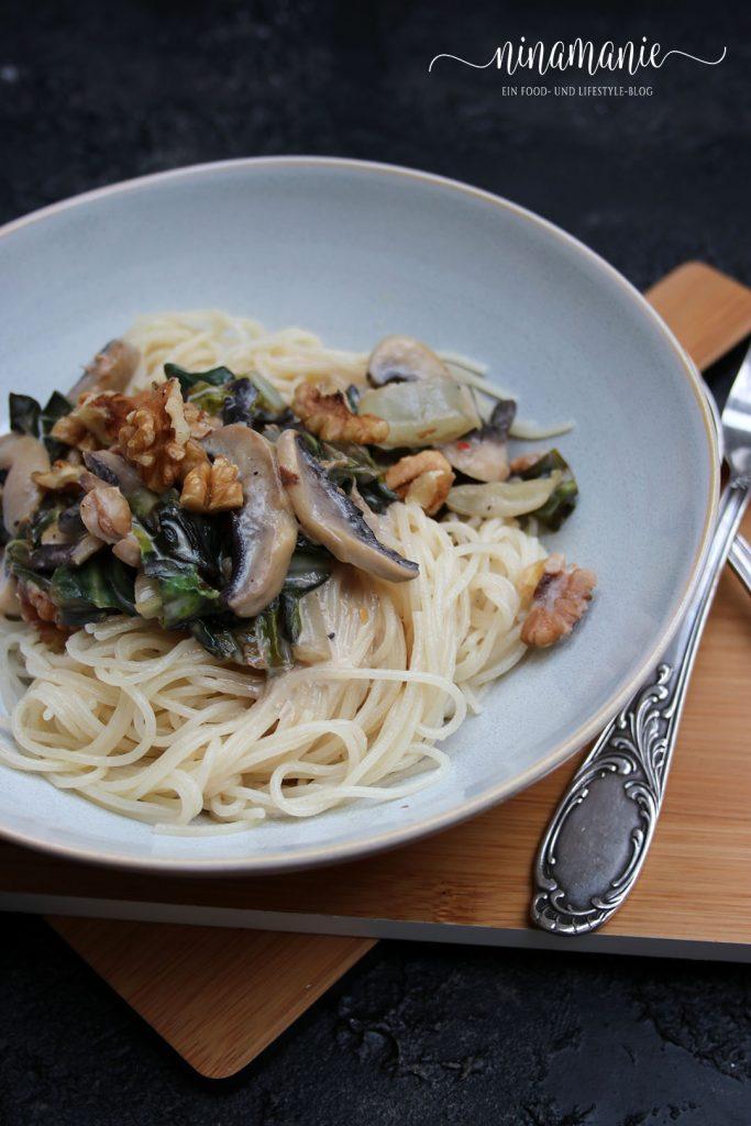 Dinkelpasta mit Mangold, Champignons und Walnüssen