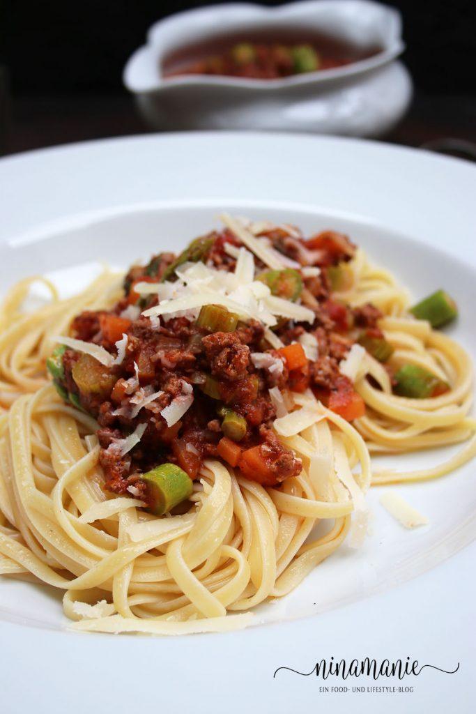 Spaghetti alla Bolognese mit Spargel