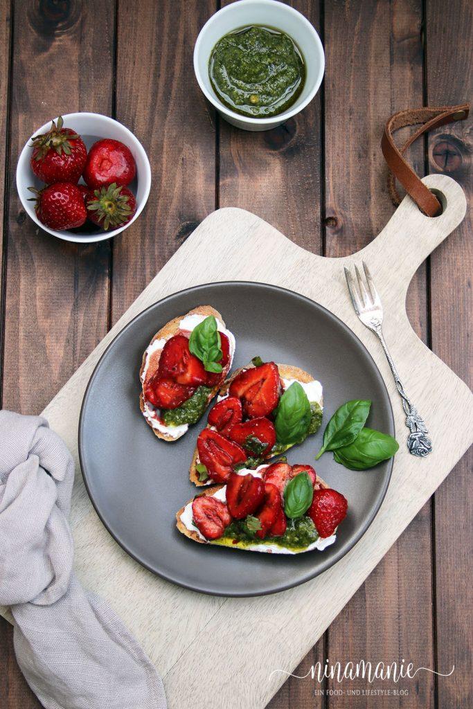 Crostini mit Balsamico-Erdbeeren und Basilikum-Pesto