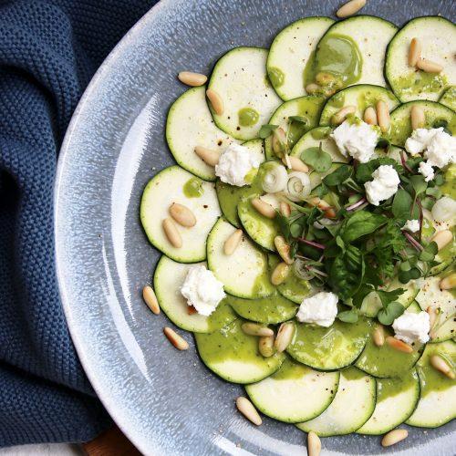 Zucchini-Carpaccio mit Feta und Kräuter-Vinaigrette