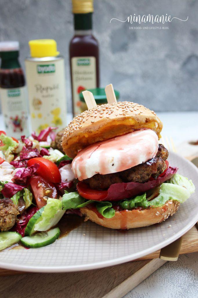 Burger mit Rindfleisch und Ziegenkäse, verfeinert mit Byodo-Produkten