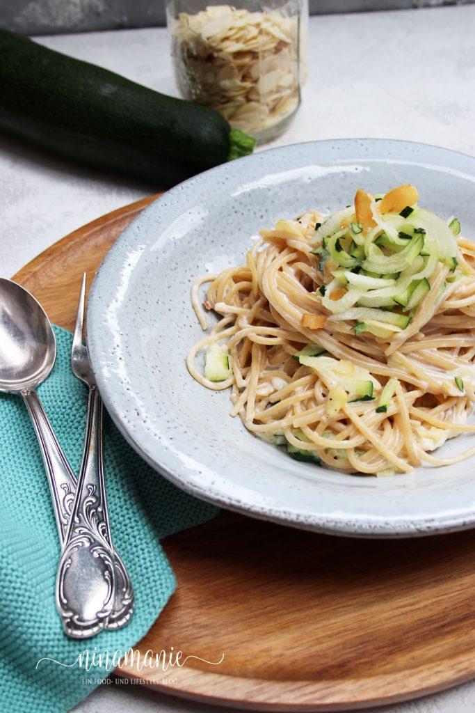 Spaghetti mit einer Zucchini-Mandel-Soße