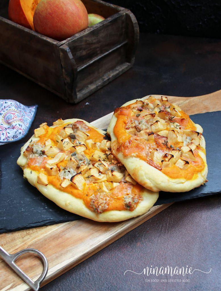 Hefefladen mit Kürbiscreme, Lachs und Apfelstücken