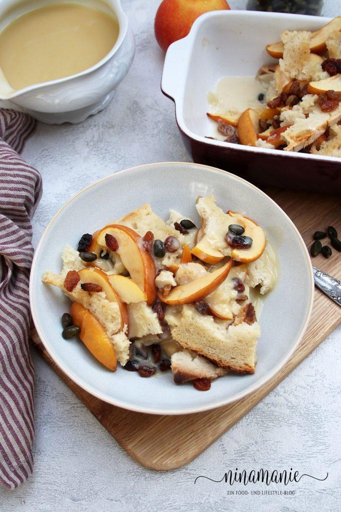 Ein Teller Ofenschlupfer mit Äpfeln und Vanille-Soße
