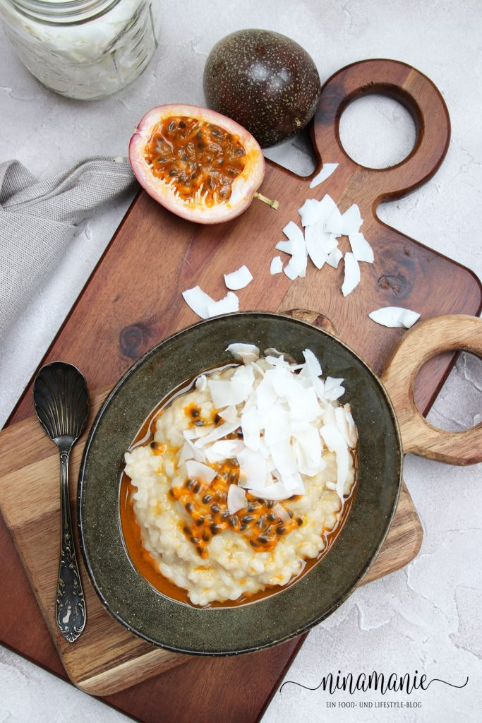 Milchreis mit Maracuja und Kokoschips