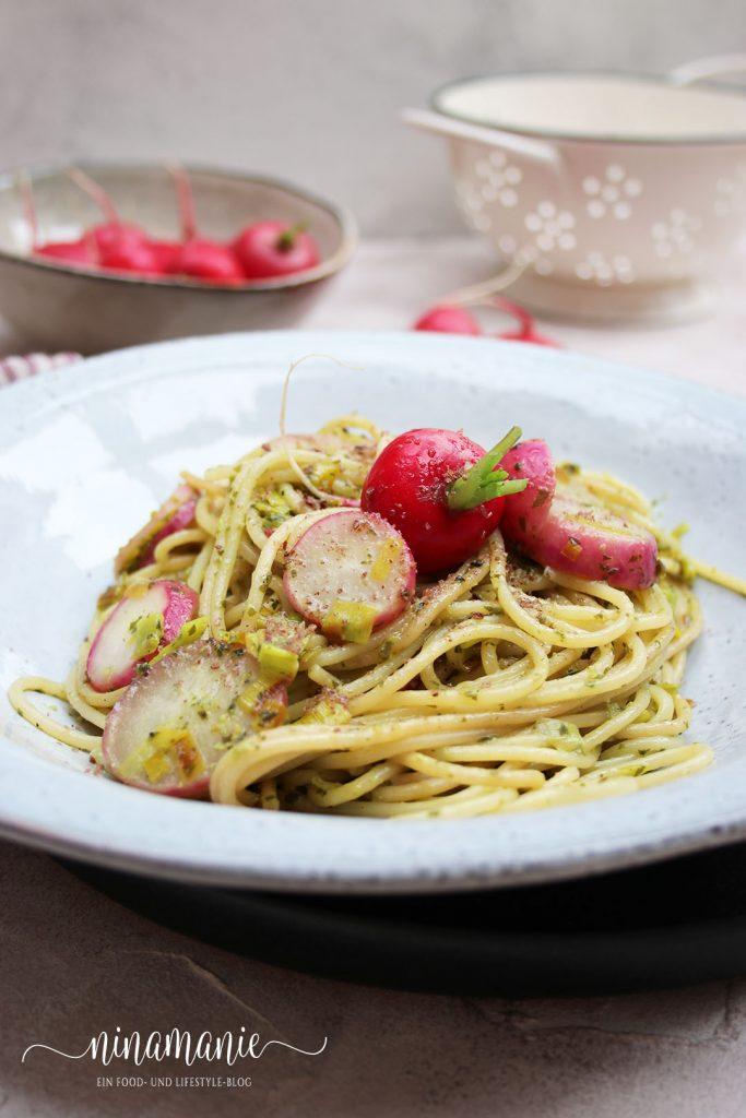 Pasta mit Radieschen, Bärlauchpesto und Lauch