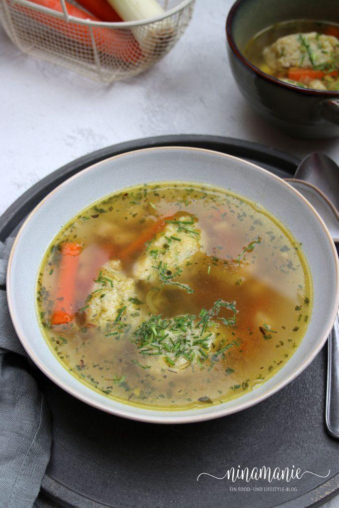 Suppe mit Gemüse und Nockerln