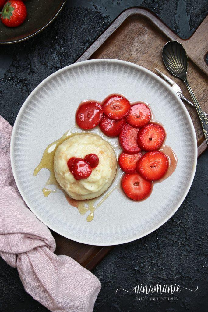 Grieß-Flammeri mit karamellisierten Erdbeeren